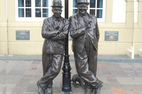 2017Hot Selling Bronze Street Art Sculptures with Two Bronze Man